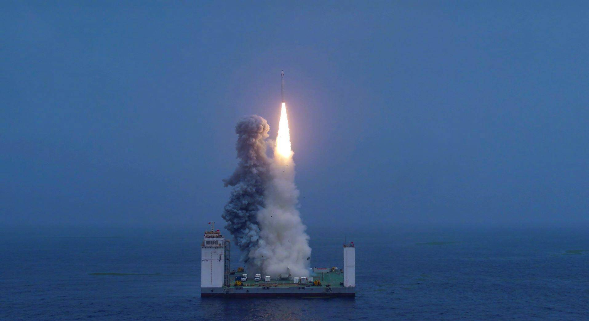 """封面:星辰大海,我国火箭发射解锁""""新姿势"""" 长十一完成海射首秀"""